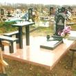 Памятник из гранита со столом и лавками из гранита